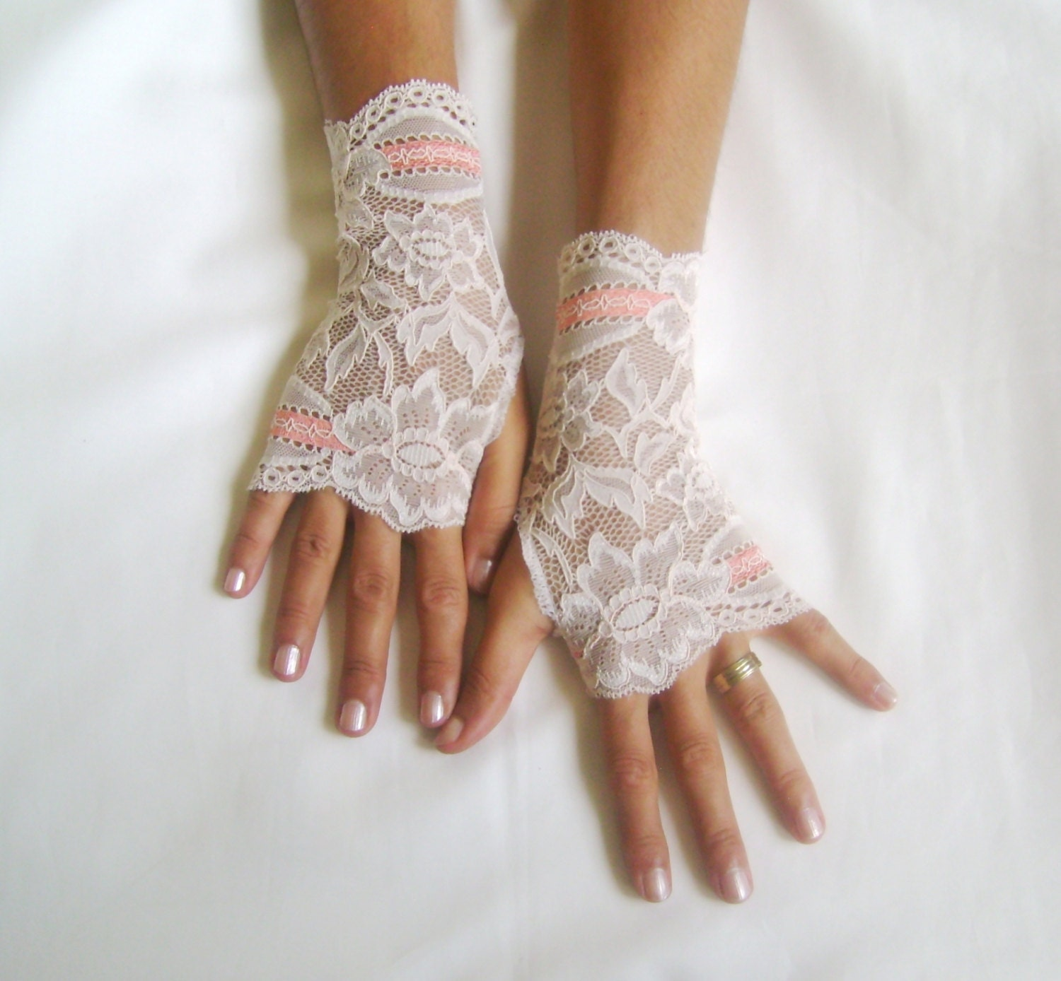 Nude Lace Gloves